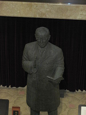 Nikkyō Niwano - Statue of Founder Niwano