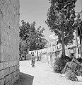 Straat in de wijk Mea Shearim, daarin hangt wasgoed aan lijnen om te drogen, Bestanddeelnr 255-2465.jpg