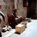 Straatverkoper met geroosterde ma´skolven - Stichting Nationaal Museum van Wereldculturen - TM-20036618.jpg