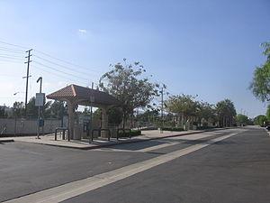 Sylmar/San Fernando station - Open-sheltered platforms of Sylmar/San Fernando Metrolink station.