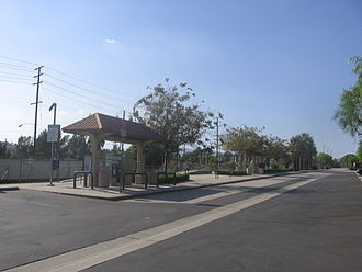 Sylmar/San Fernando station - Open-sheltered platforms of Sylmar/San Fernando Metrolink station.