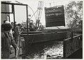 Takelwerkzaamheden bij de restauratie van de sluisdeuren bij het stoomgemaal. NL-HlmNHA 54032125.JPG