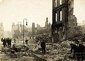 Trabalhadores limpando escombros em Cork na sequência dos incêndios