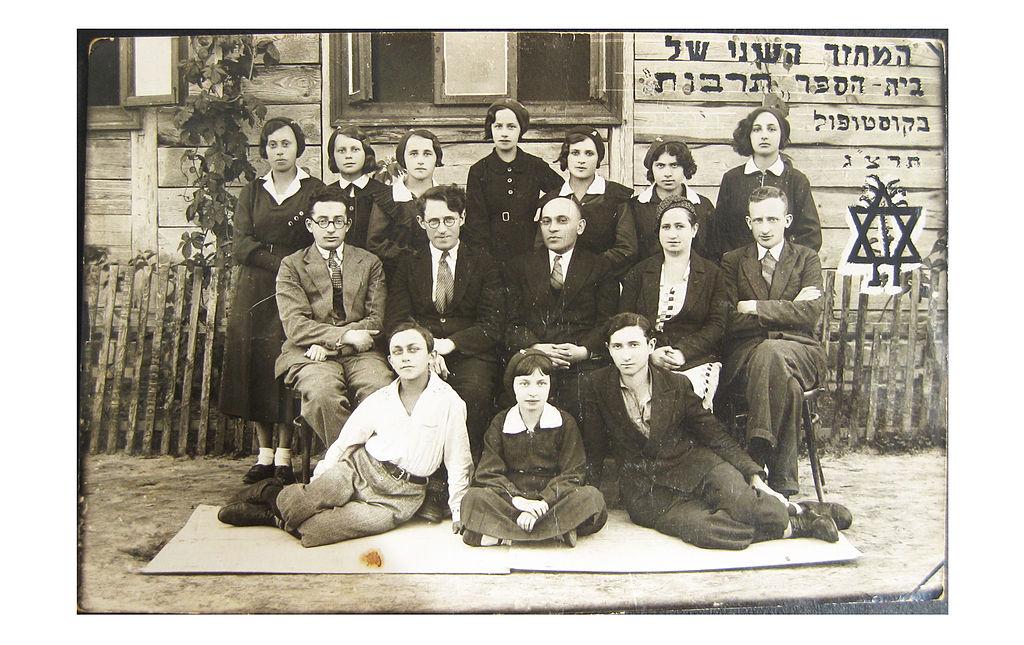 Photo de classe dans une école juive en Pologne en 1933. Photo de Moshe Tsurnamal