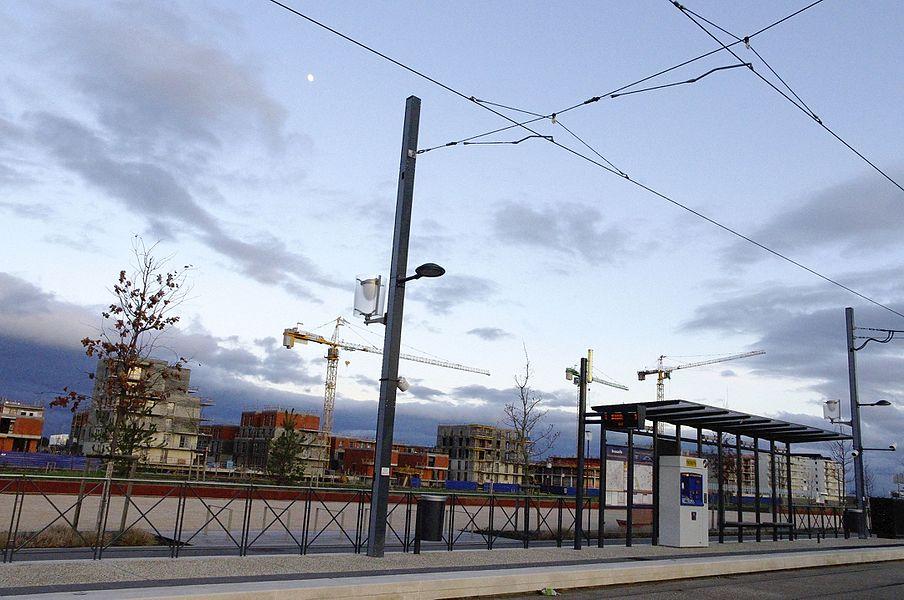 Toulouse. L'arrêt du tram à Beauzelle. Derrière des maisons en construction.