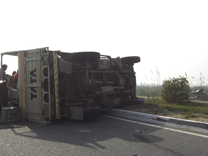 File:Truck accident-India.JPG