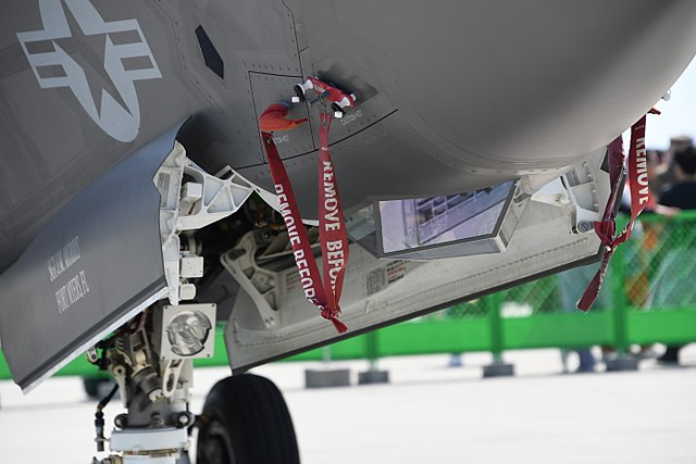 File:U S  Marine Corps F-35B Lightning II(169164) of VMFA-121 nose