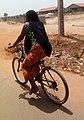 Vélo par une femme à kamsar.jpg