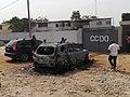 Voitures calcinées devant le camp militaire du CCDO de Bouaké, en Côte d'Ivoire, le 9 janvier 2018.jpg