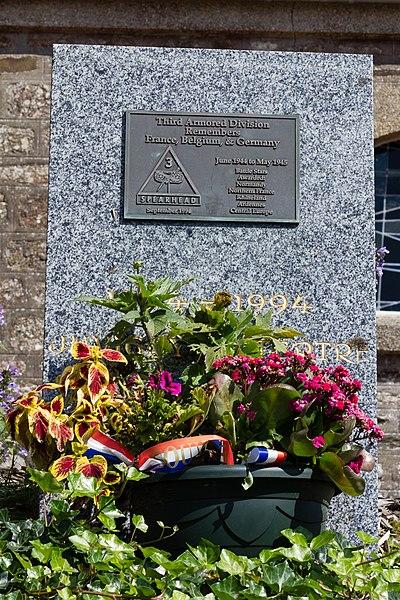Français:  Plaque commémorative de la bataille de Normandie (troisième division blindée Spearhead) à Juvigny-le-Tertre (France).