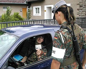 Command and obedience in the Bundeswehr - Guard post: superior to passing soldiers due to the special defined assignment (§ 3 VorgV)