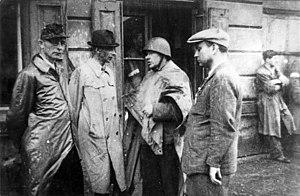 """Jan Mazurkiewicz - Photo from the Warsaw Uprising. From left, Major Wacław Janaszek """"Bolek"""" (Mazurkiewicz's chief of staff), General Tadeusz Bór-Komorowski, commander of the Armia Krajowa in Warsaw, Jan Mazurkiewicz """"Radosław"""" and Captain Ryszard Krzywicki """"Szymon"""" (Mazurkiewicz's Adjutant)."""