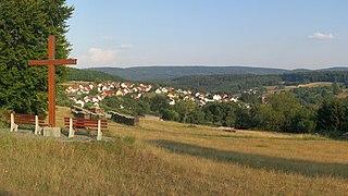 Wegkreuz bei Weibersbrunn mit Geiersberg.jpg