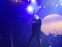 Description de l'image Zach Myers of Shinedown at the Dow Event Center, February 2013.jpg.