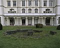 Zicht op de veranda en balustrade, op de voorgrond drooggelegde fontein - Doetinchem - 20400342 - RCE.jpg