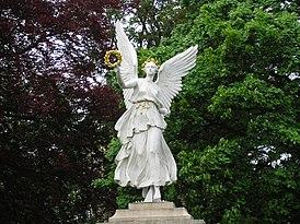 Żagań-rzeźba przy pałacu.jpg