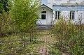 Бур'ян біля одного з корпусів садиби Судієнків.JPG