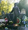 Володимир Івасюк - пам'ятник на могилі.jpg