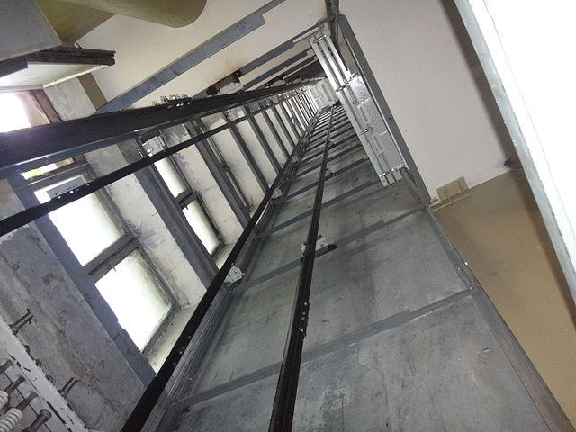 ВПетербурге лифт сдетьми пролетел несколько этажей