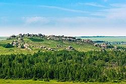 Скалы в окрестностях Колыванского озера, Змеиногорский район, Алтайский край.jpg