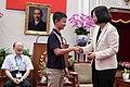 08.03 總統接見「中華民國第57屆全國中小學科學展覽會」各組(科)第一名學生,與代表授獎的同學握手致意 (35509668824).jpg
