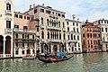 0 Venise, gondolier naviguant devant le Palais Michiel del Brusà (2).JPG