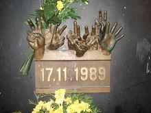 Výsledek obrázku pro Pamětní deska na Národní třídě v Praze připomínající události ze 17. listopadu 1989.