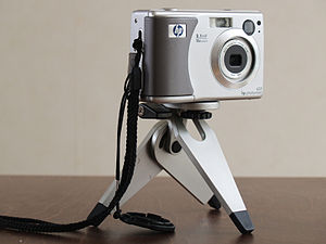 HP Photosmart - A HP Photosmart 635 (2.1 megapixel digital camera) mounted on a miniature tripod.