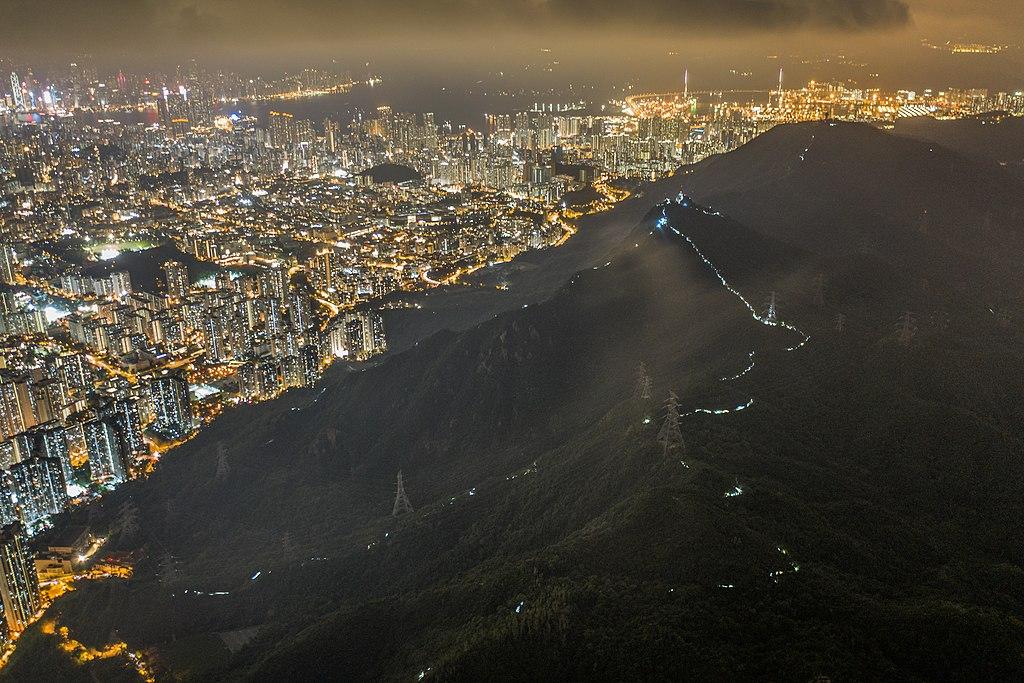 https://upload.wikimedia.org/wikipedia/commons/thumb/8/81/2019-09-13_Lion_Rock%2C_Hong_Kong_01.jpg/1024px-2019-09-13_Lion_Rock%2C_Hong_Kong_01.jpg