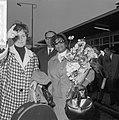 Aankomst Ella Fitzgerald en Oscar Peterson op Schiphol. Ella Fitzgerald met bloe, Bestanddeelnr 916-3488.jpg