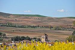 Alalpardo. Torre de la Iglesia domina el campo.JPG