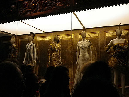 "A display from ""Savage Beauty"", a retrospective of Alexander McQueen designs at the Metropolitan Museum of Art, New York City, 2011. Alexander McQueen Savage Beauty Show the Met NYC 2011.jpg"