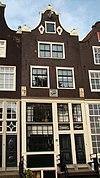 foto van Huis, houten pui, waarboven gevel onder klokvormige top. Twee oeils-de-boeuf, drie gevelstenen