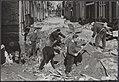 Amsterdamse straatmakers helpen bij het herstellen van de schade van de watersno, Bestanddeelnr 059-1265.jpg