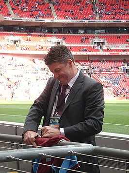 Andy Townsend signeert een shirt van Aston Villa op Wembley in 2010