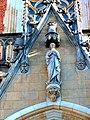 Archikatedra św. Jana Chrzciciela we Wrocławiu, figura Madonny w szczycie portalu głównego.jpg