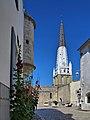 Ars-en-Ré, clocher et roses trémières.jpg