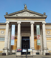 Ashmolean Museum Entrance and Forecourt 2015.png