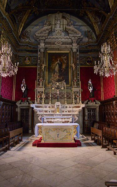 Église de la Conception, maître-autel en marbre à l'arrière et devant d'autel (antependium) en soie brodée du petit autel antérieur classés M.H..