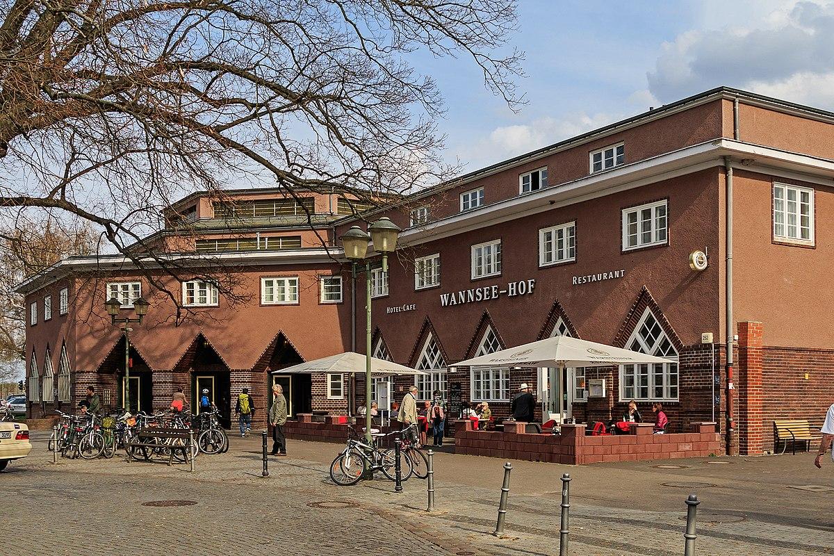Bahnhof Berlin-Wannsee Empfangsgebaeude 04-2015.jpg
