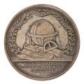 Baksida av medalj med bild av vetenskapliga instrument och jorglob krans av eklöv - Skoklosters slott - 99405.tif