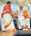 Bal Thackeray and Lata Mangeshkar at 70th Master Dinanath Mangeshkar Awards (6).jpg