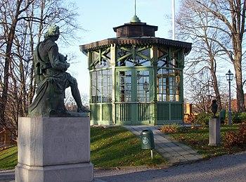 Bellmanstatuen med Hasselskassens lysthus (venstre) og ved Brunnsviken ved siden af Krebseriget (højre).