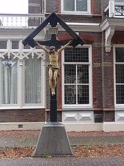 Houten kruisbeeld aan de weg