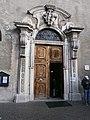 Bressanone - portale della chiesa parrocchiale.JPG