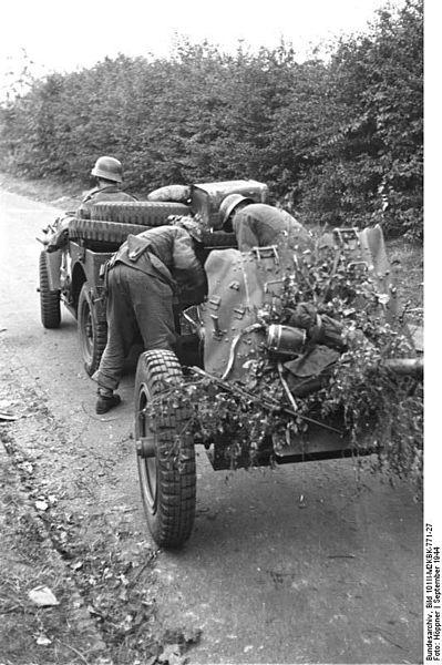 File:Bundesarchiv Bild 101II-M2KBK-771-27, Arnheim, erbeuteter Jeep mit Pak.jpg