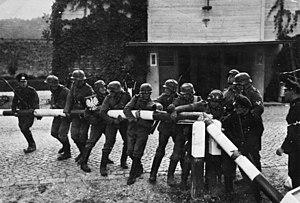 Le 1er septembre, des soldats allemands brisent les barrières frontières polonaises dans la région de Dantzig. C'est le début de la Seconde Guerre Mondiale.