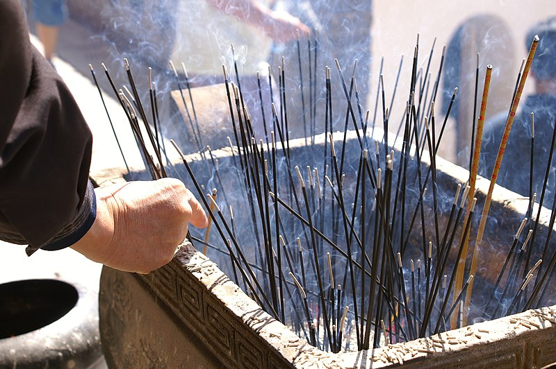 Ficheiro:Burning incense sticks at Wutai Shan.jpg