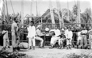 Kai Islands - Image: COLLECTIE TROPENMUSEUM Een winkeleigenaar met zijn familie Kai eilanden T Mnr 10002751