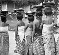 COLLECTIE TROPENMUSEUM Kinderen dragen offers op het hoofd Bali TMnr 10003329.jpg